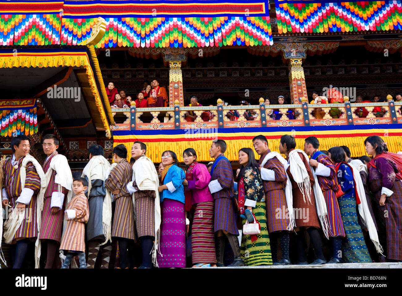 Les gens faisant la queue pour être Trashichhoe Festival béni monastère Thimpu Dzong du Bhoutan Photo Stock
