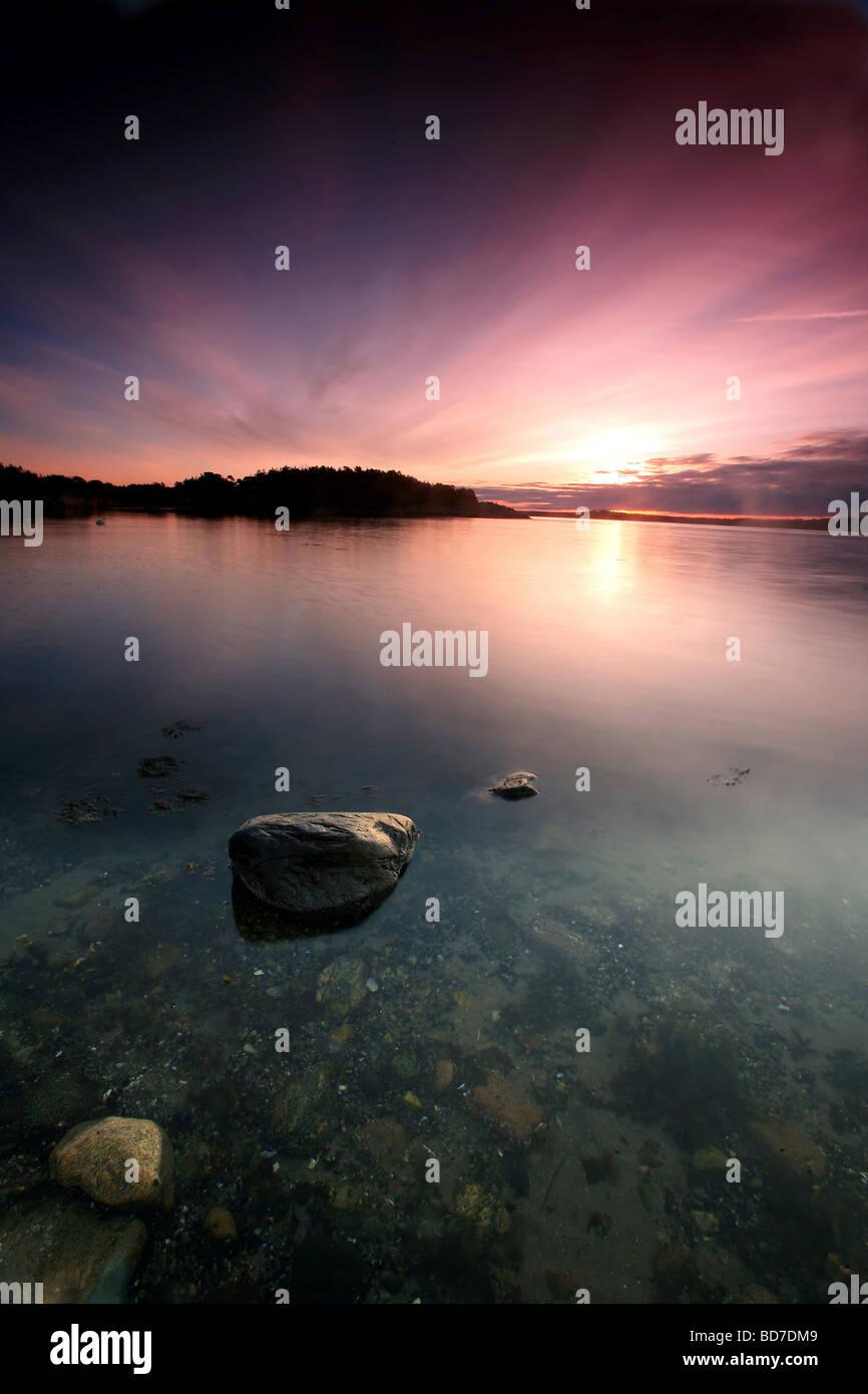 Ciel coloré à l'aube à Teibern en Larkollen, Rygge kommune, Østfold fylke, la Norvège. Banque D'Images
