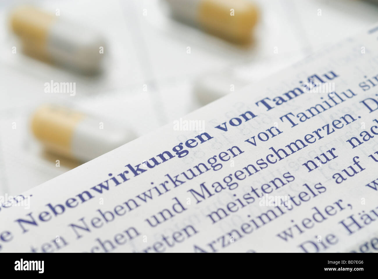 Notice décrivant les effets indésirables en allemand et les gélules de Tamiflu médicament grippe Photo Stock
