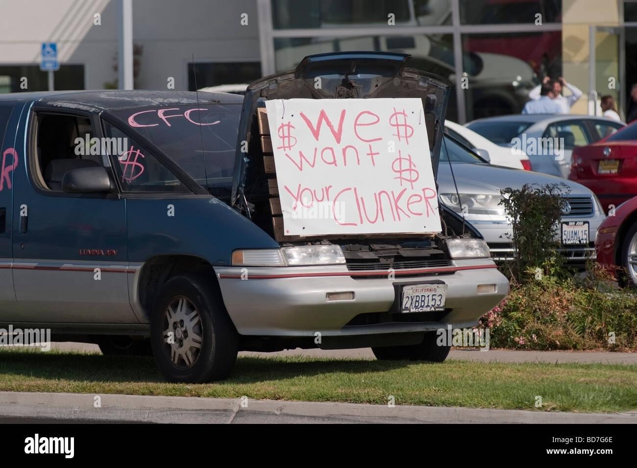 Cash-for-Clunkers, une Chevrolet 1996 à l'extérieur d'un concessionnaire automobile publicité le gouvernement des États-Unis dans le commerce automobile programme. Banque D'Images