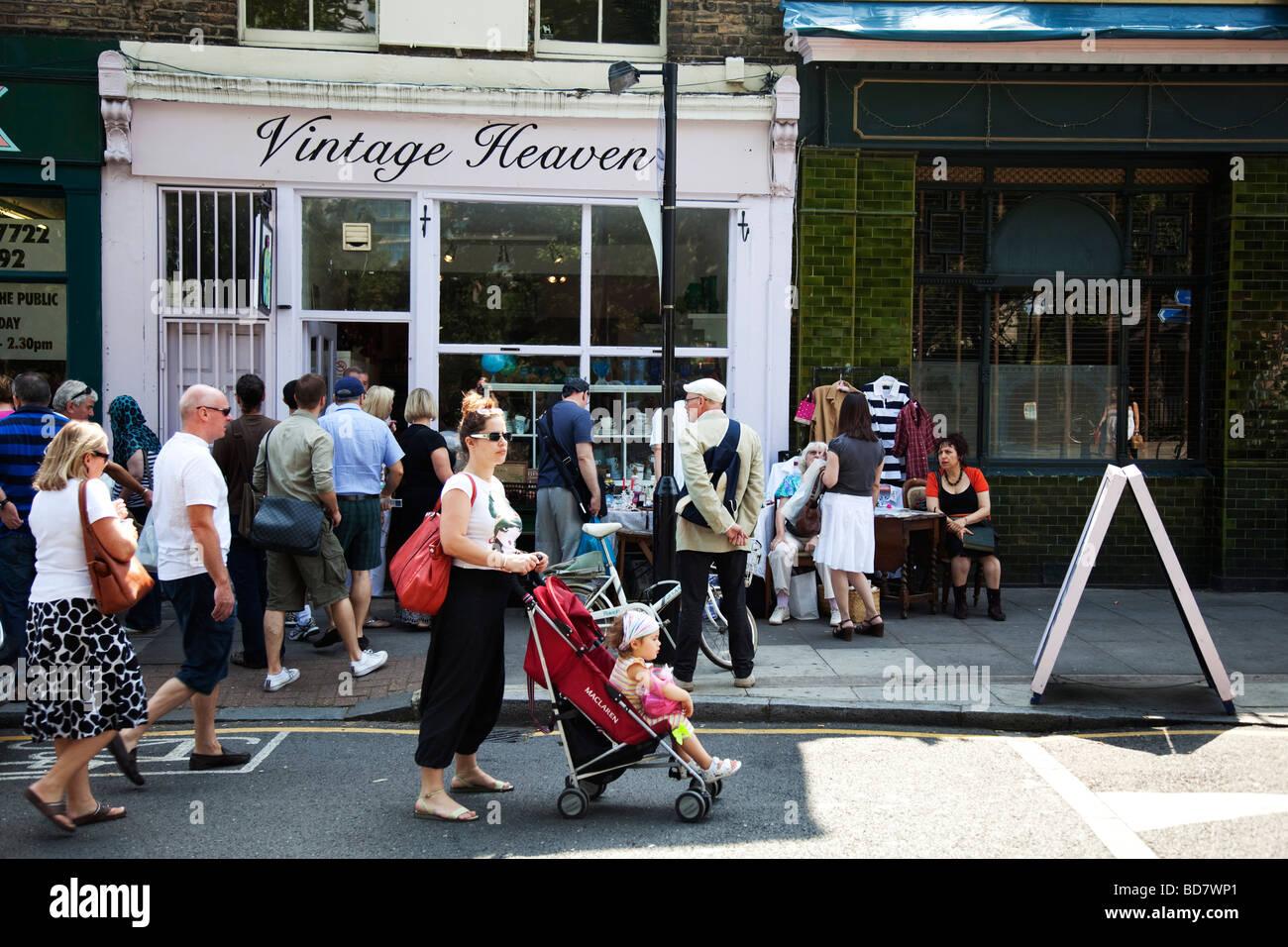 Les gens se rassemblent à Columbia Road Flower Market dans l'East End de Londres. Ce marché est autant Photo Stock