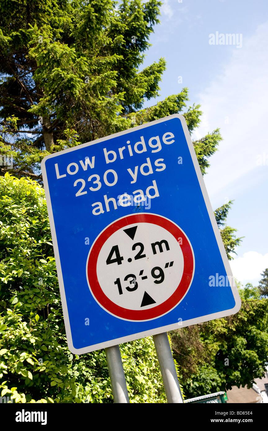 Un panneau indique à la circulation venant en sens inverse qu'il y a un pont faible 230 yards devant en Photo Stock