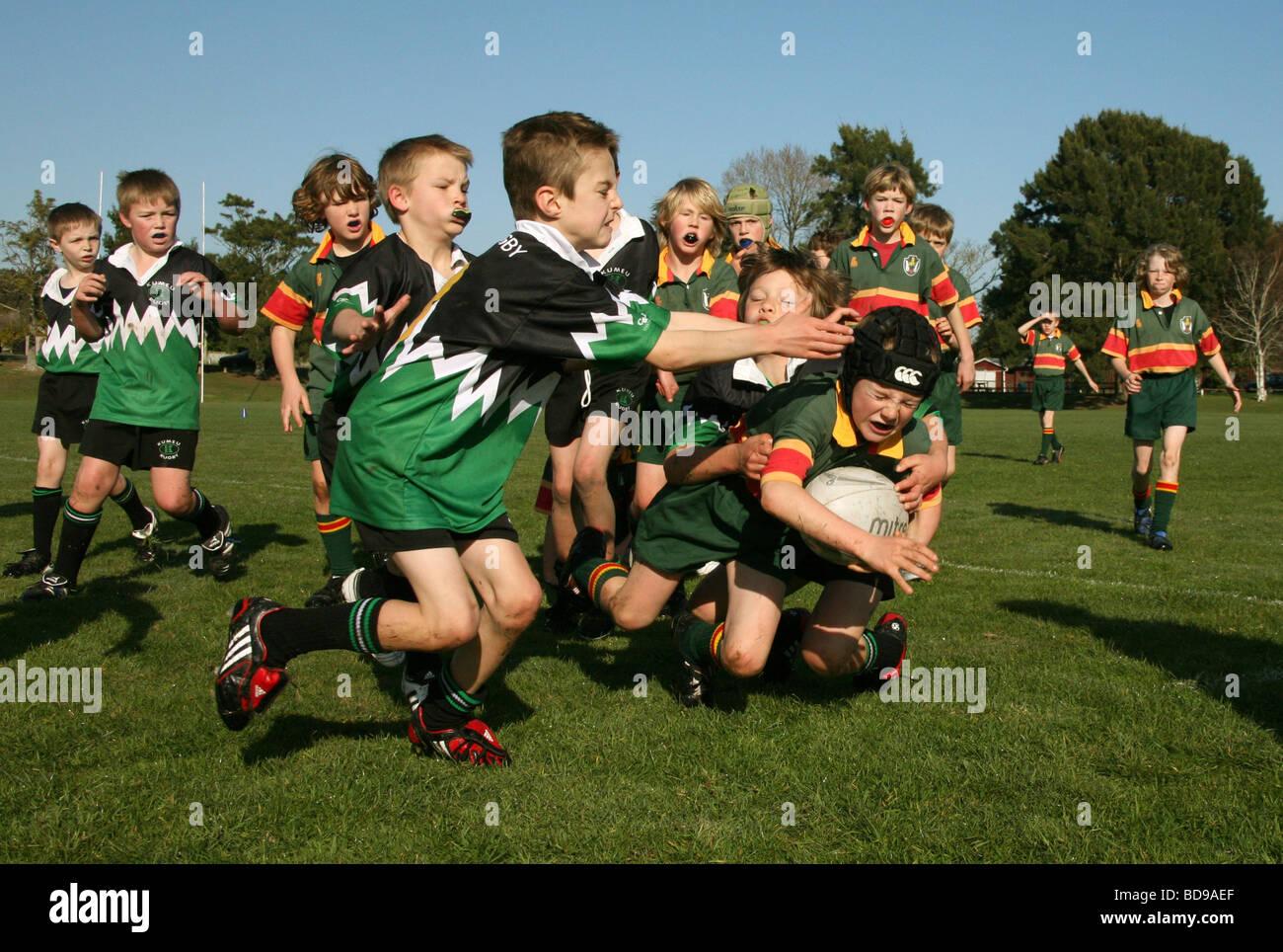 De jeunes garçons jouent au rugby union européenne en Nouvelle Zélande Photo Stock