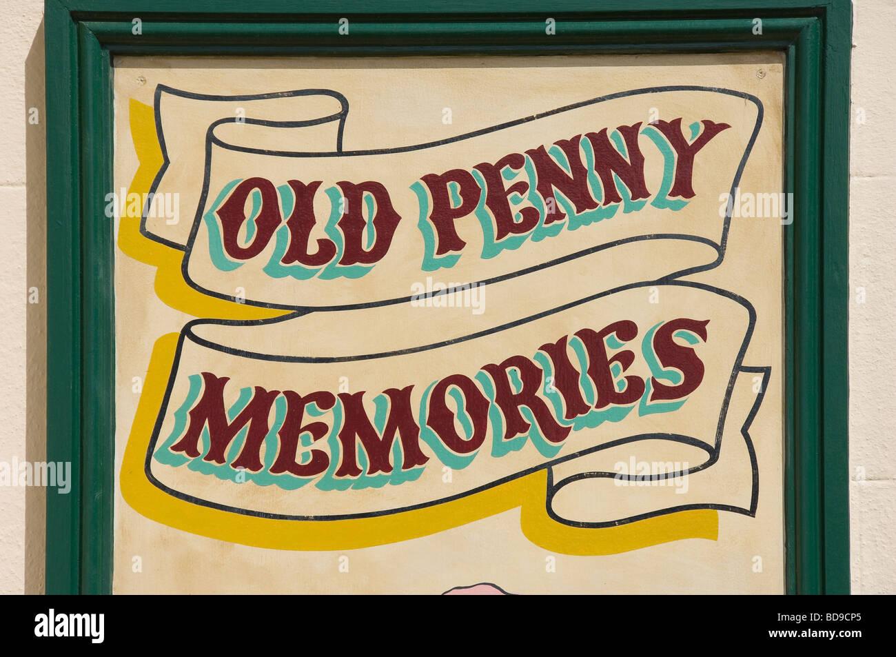 Vieux souvenirs penny sign close up à l'extérieur un musée Bridlington East Yorkshire England UK Royaume-Uni GB Banque D'Images
