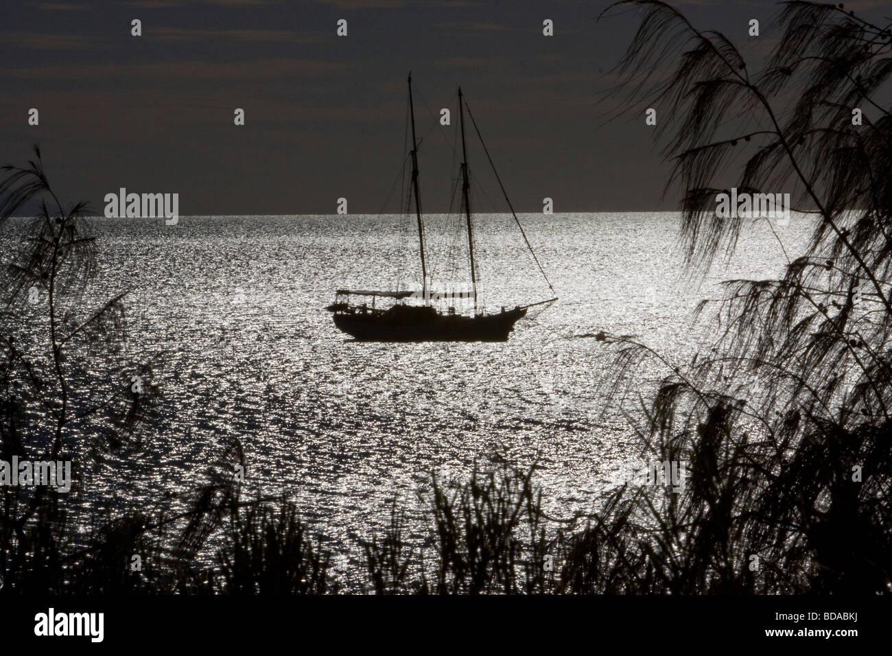 Yacht amarré par moonlight bay à la tranquillité Photo Stock