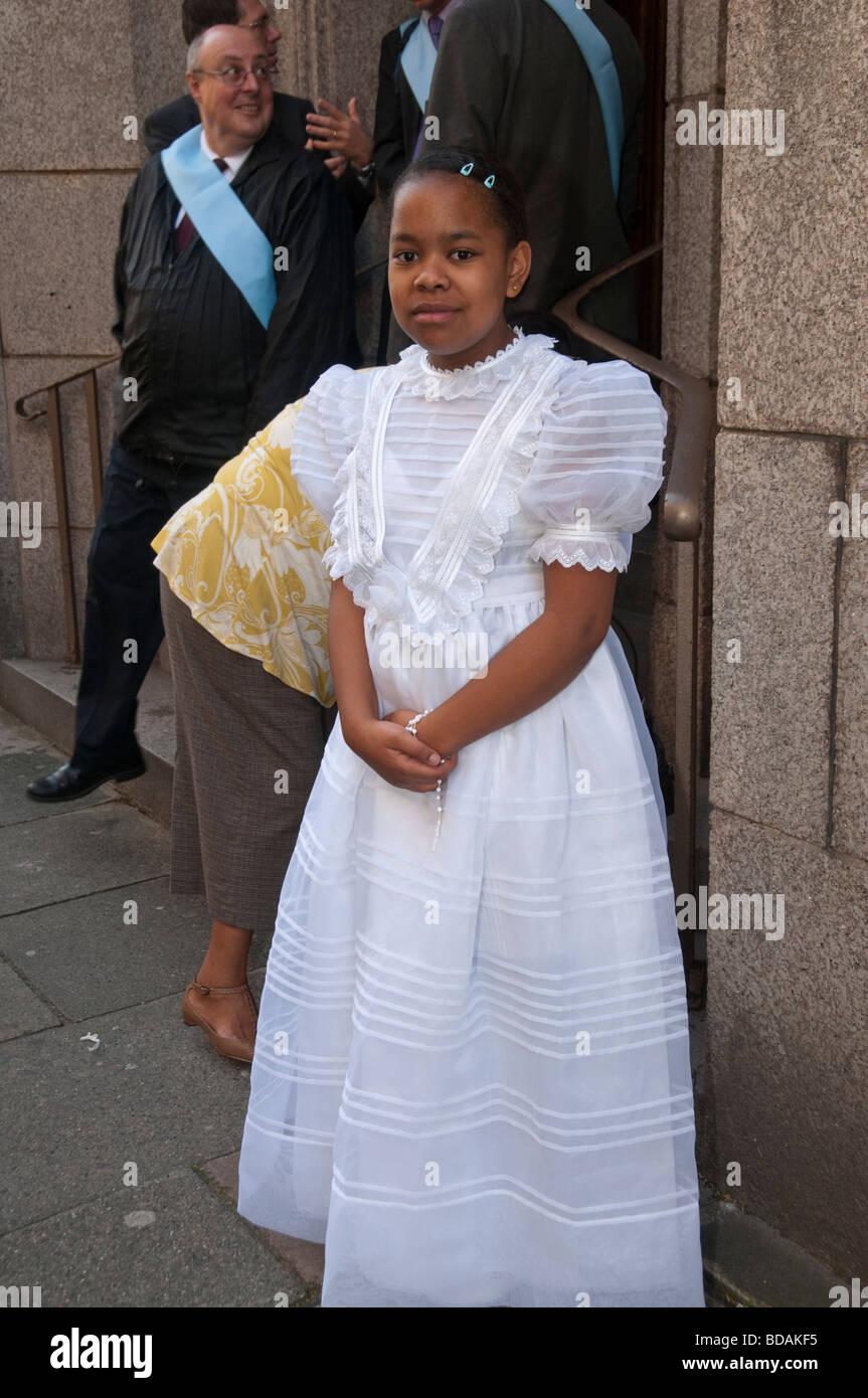 Jeune fille noire, premier auteur de la communication en robe blanche, Croisade du Rosaire de la réparation, la Banque D'Images