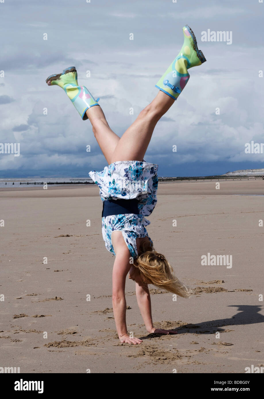 Femme portant une robe et bottes, faire un appui sur la plage Photo Stock