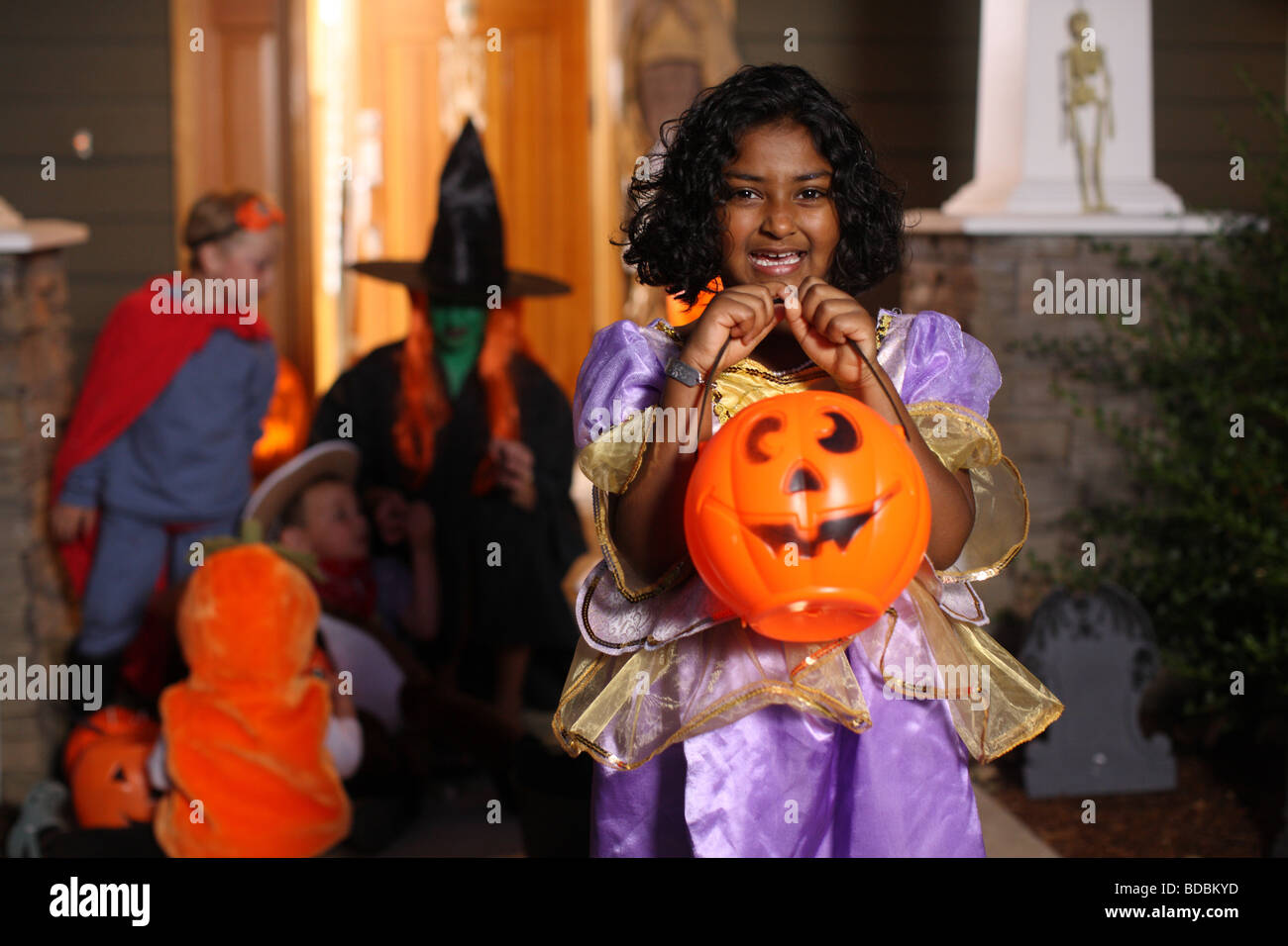 Jeune fille en costume de Halloween party Photo Stock