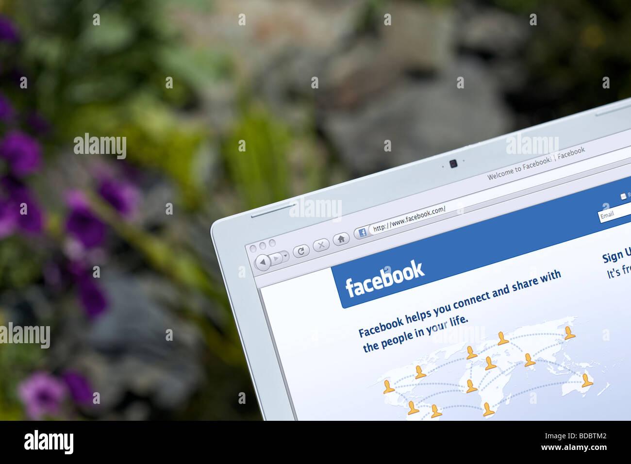 Ordinateur portable montrant les réseaux sociaux Facebook page de l'écran de démarrage Photo Stock