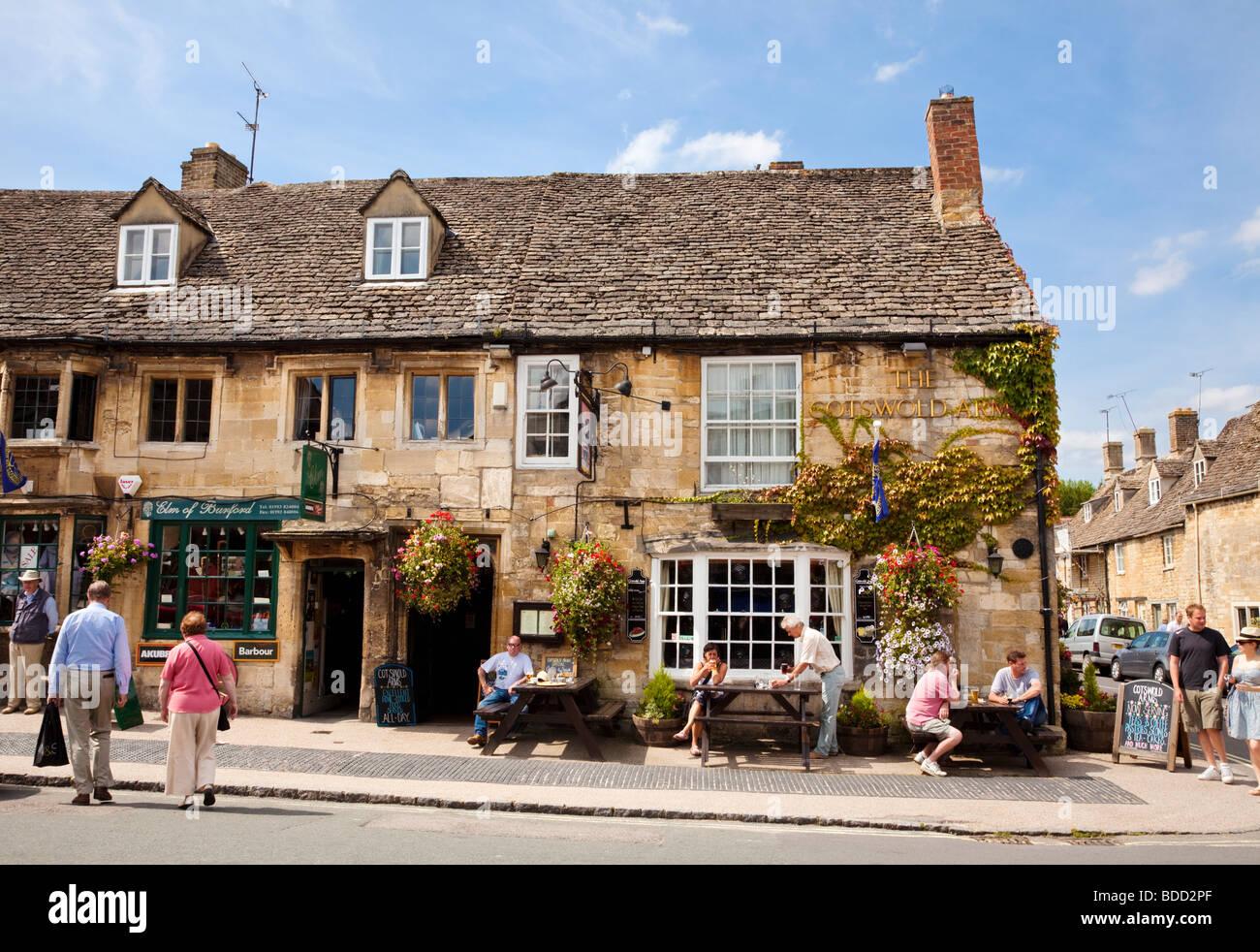 Vieille Pub Cotswolds dans Burford, Oxfordshire, UK en été Photo Stock