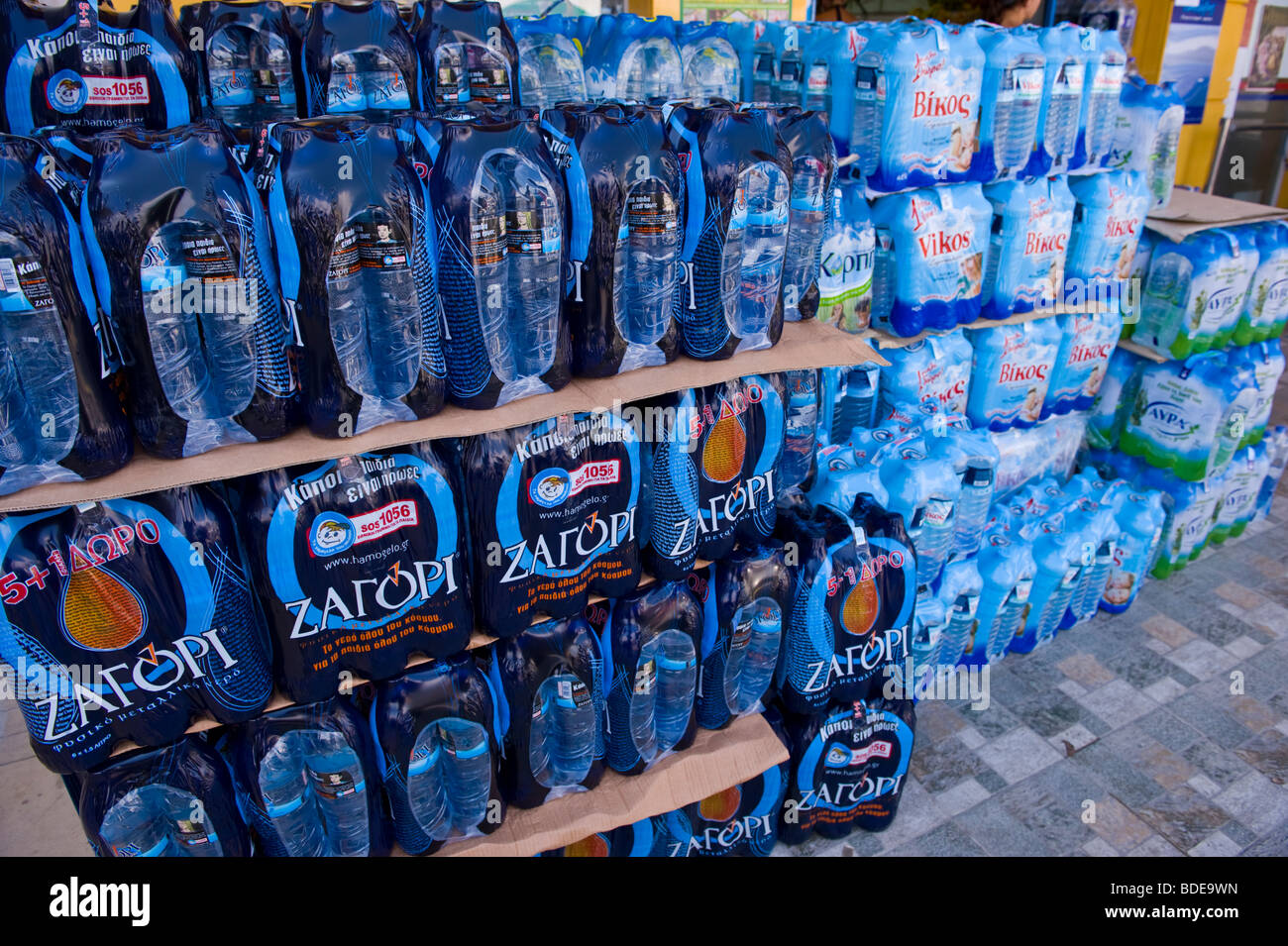 L'eau en bouteille pour la vente à Argostoli sur l'île de Céphalonie, Méditerranée Photo Stock
