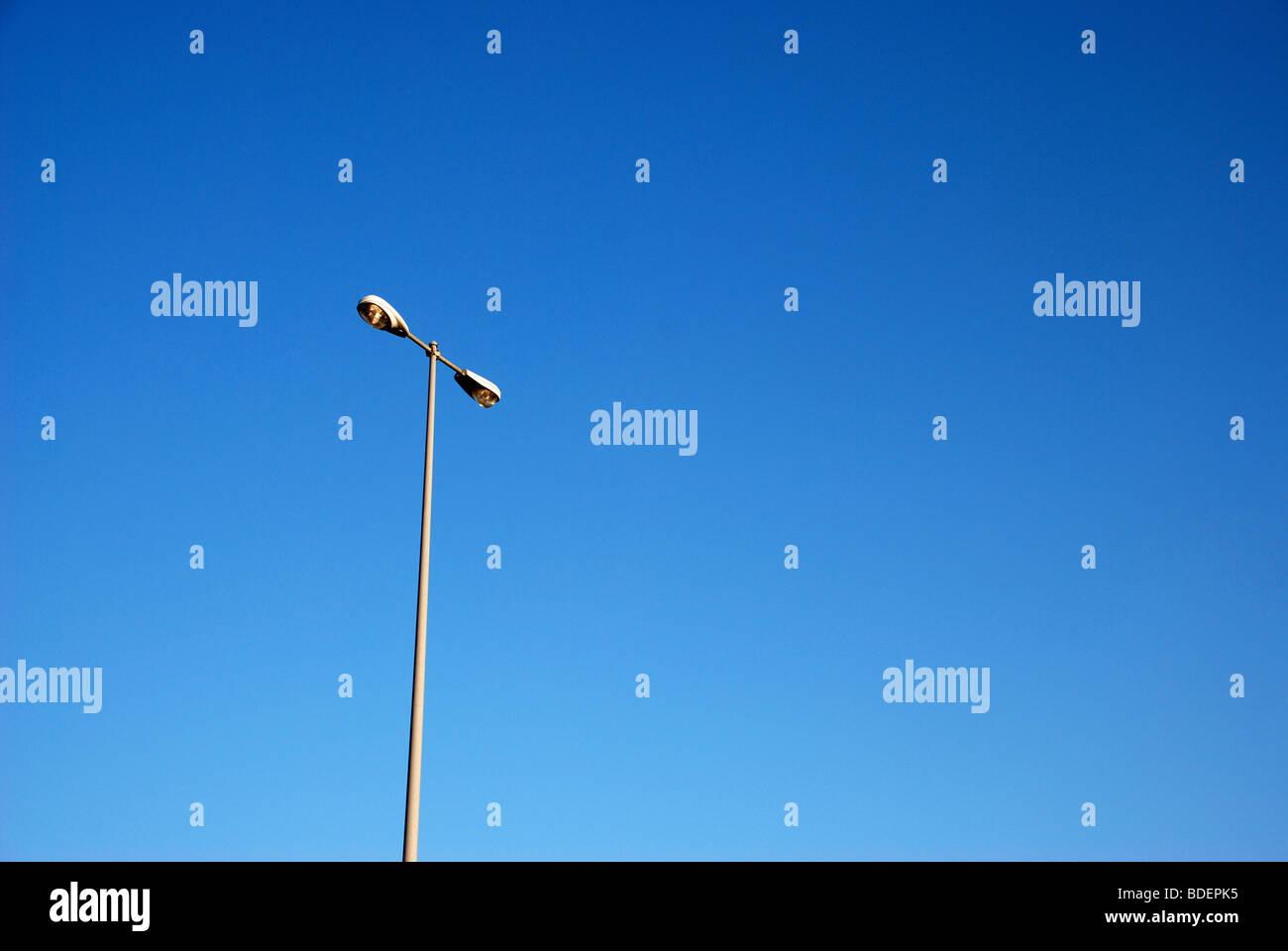 Les réverbères sont repos contre le ciel bleu Photo Stock