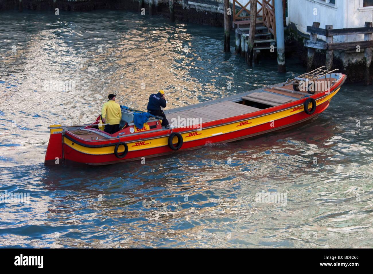orange et rouge livraison de courrier dhl bateau sur canal in venice la livraison de courrier et. Black Bedroom Furniture Sets. Home Design Ideas
