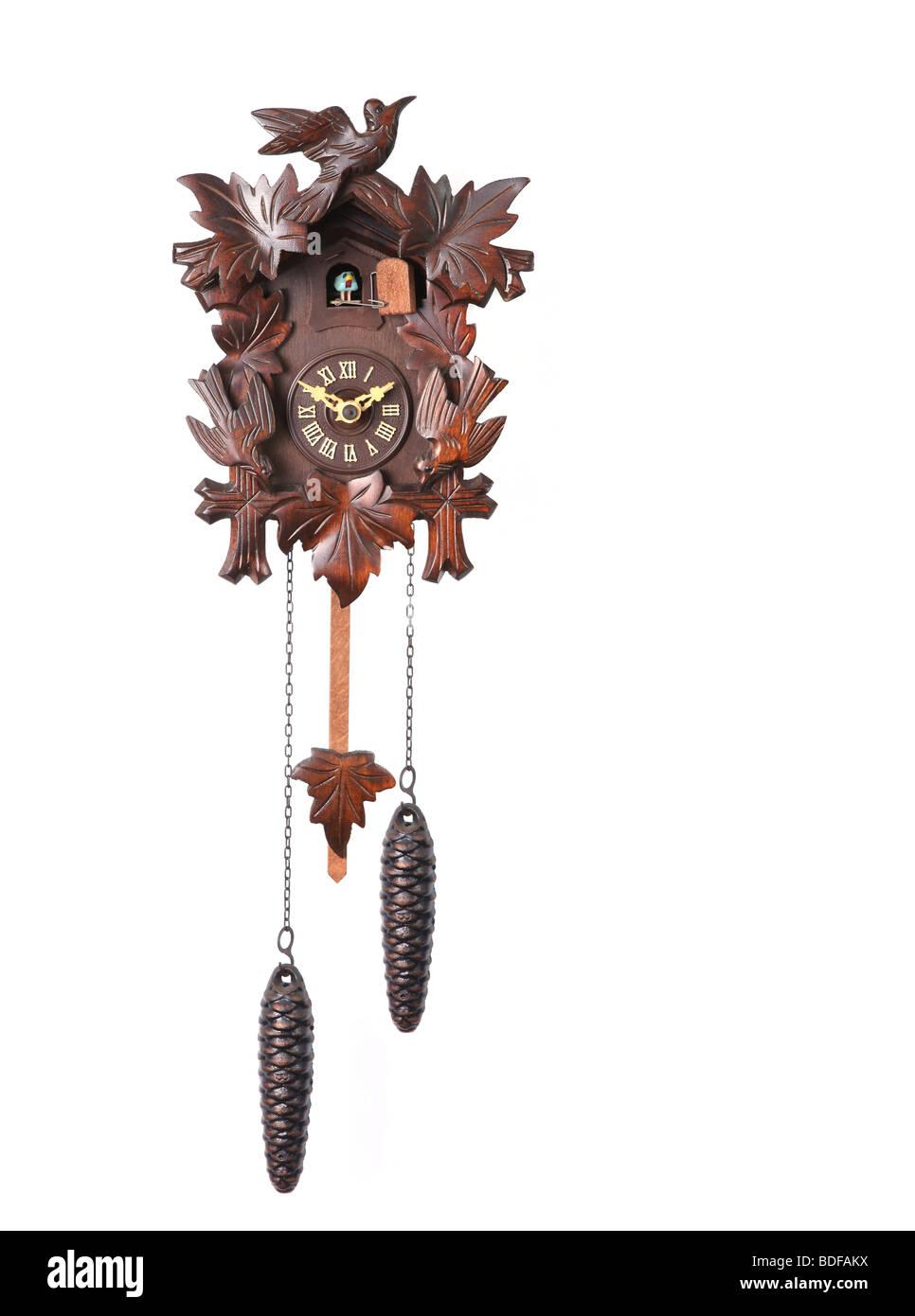 Cuckoo Clock isolé sur un fond blanc avec des poids suspendus Photo Stock