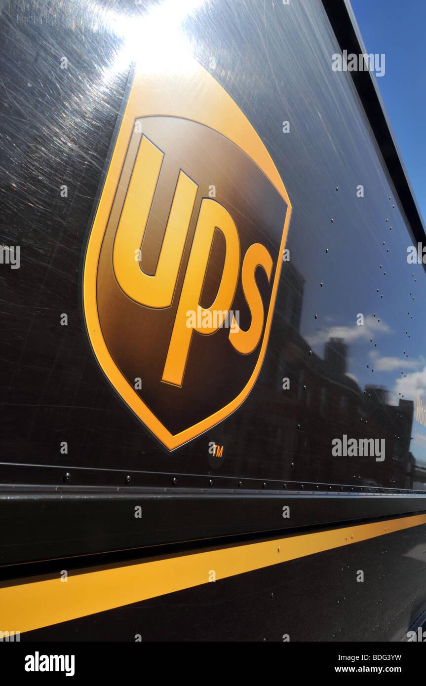 Service de livraison d'UPS logo sur chariot Photo Stock