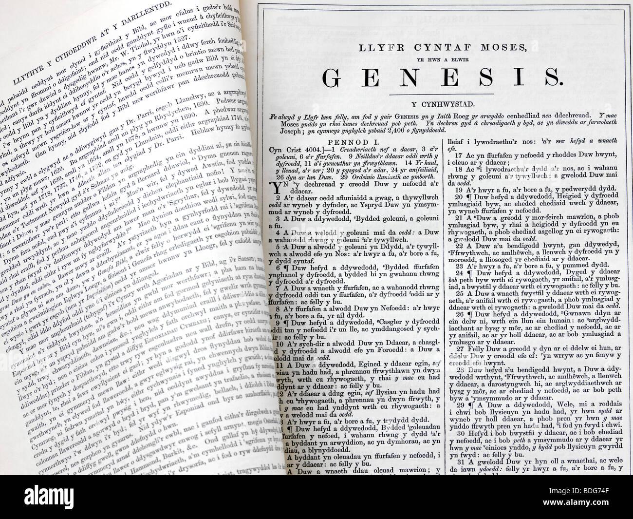 Christian Welsh Bible ouverte sur la première page du livre de la Genèse Photo Stock