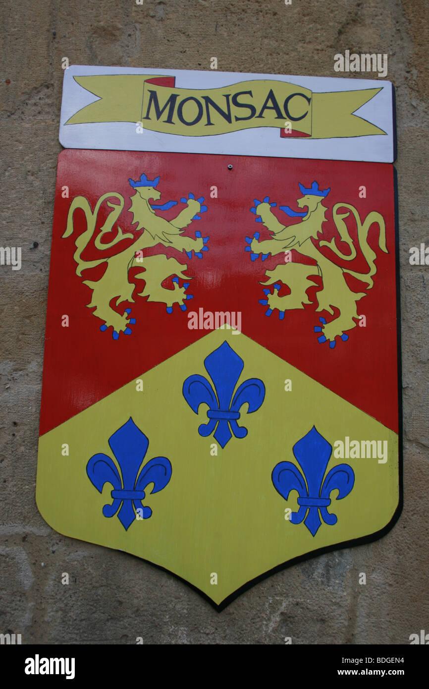 Blason du village de Monsac montrant les deux lions couronnés et trois fleurs de lys, Périgord Banque D'Images