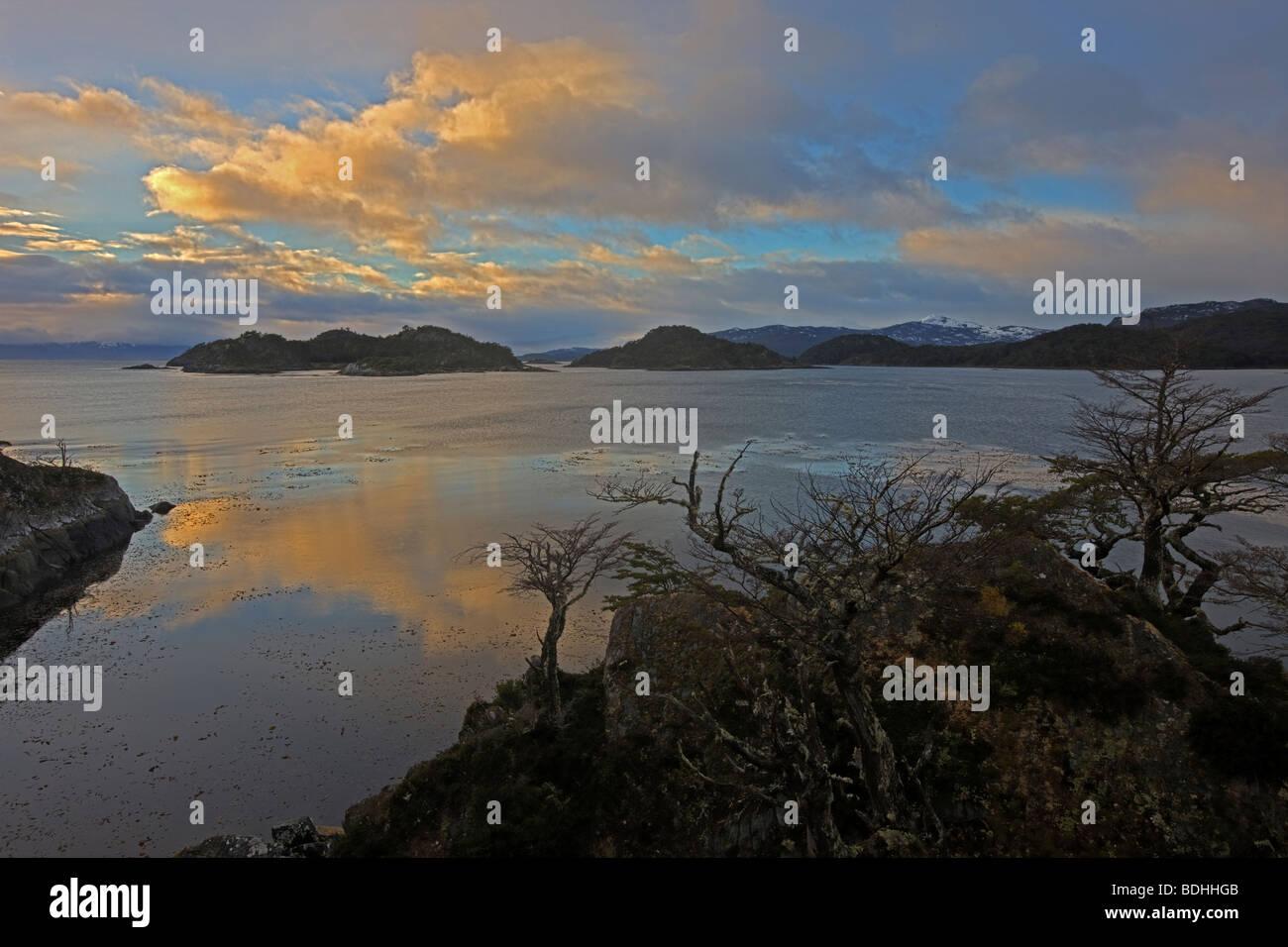 Le coucher du soleil, le Canal de Beagle, près de Murray Canal, la Terre de Feu, Chili Photo Stock