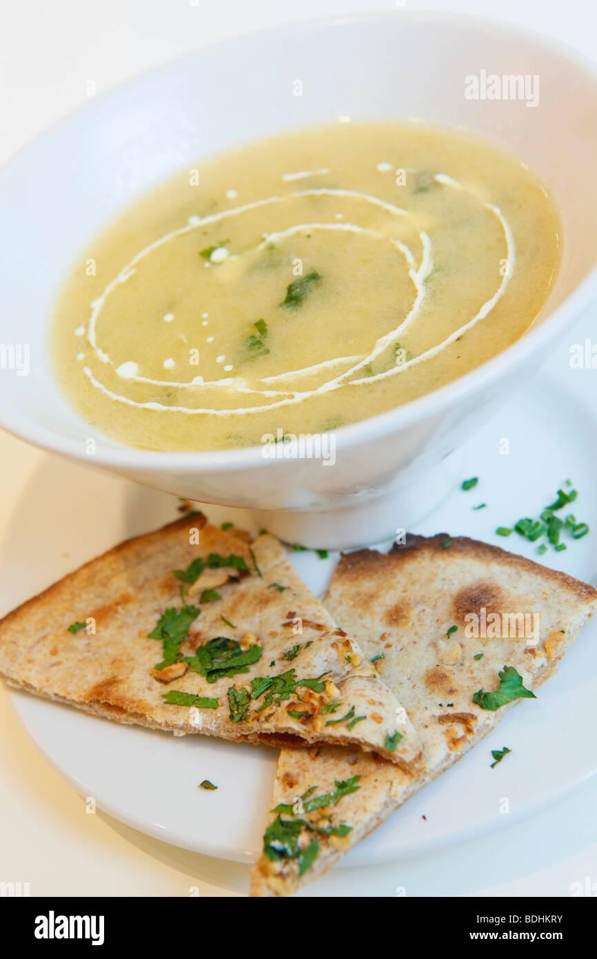 Shimla Pinks Restaurant Indien, la nourriture est la soupe avec du pain pitta Photo Stock