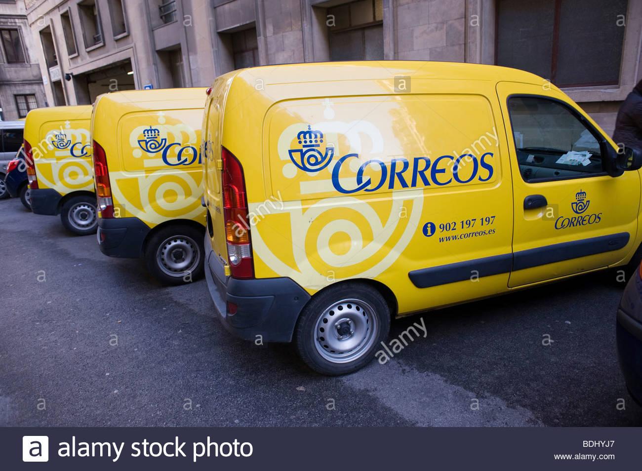 Cars du service postal espagnol à l extérieur d un bureau de tri à