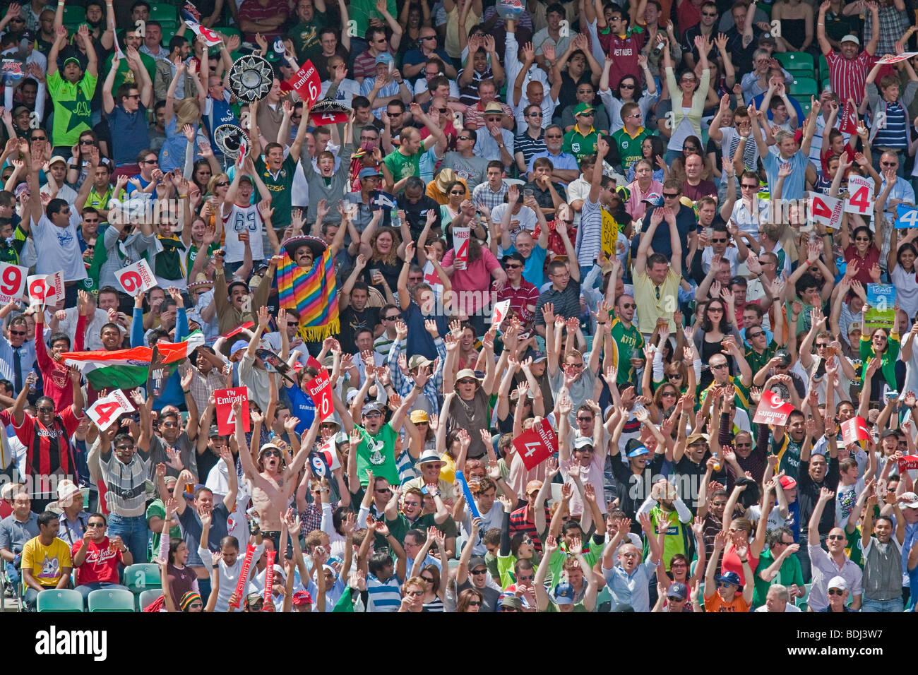 Une vague mexicaine avec un homme mexicain, une foule de supporters de cricket au monde 20vingt tournoi au Oval Photo Stock