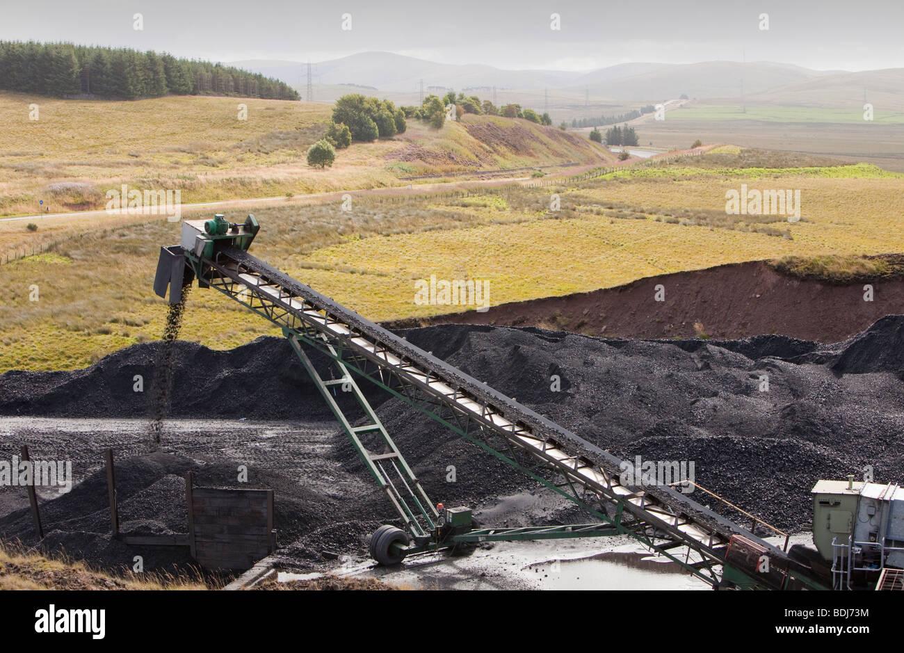 Un convoyeur à bande qui prend du charbon de l'Glentaggart mine de charbon à ciel ouvert à une tête pour leur transport Banque D'Images