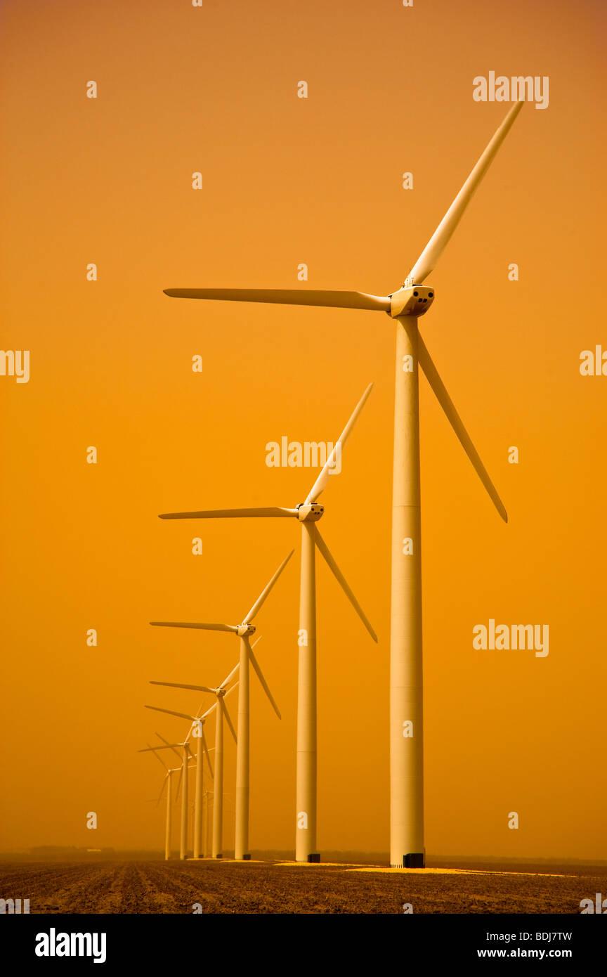 Éoliennes sur les plaines du Texas près de Roscoe, Texas pendant une tempête de sable. Photo Stock