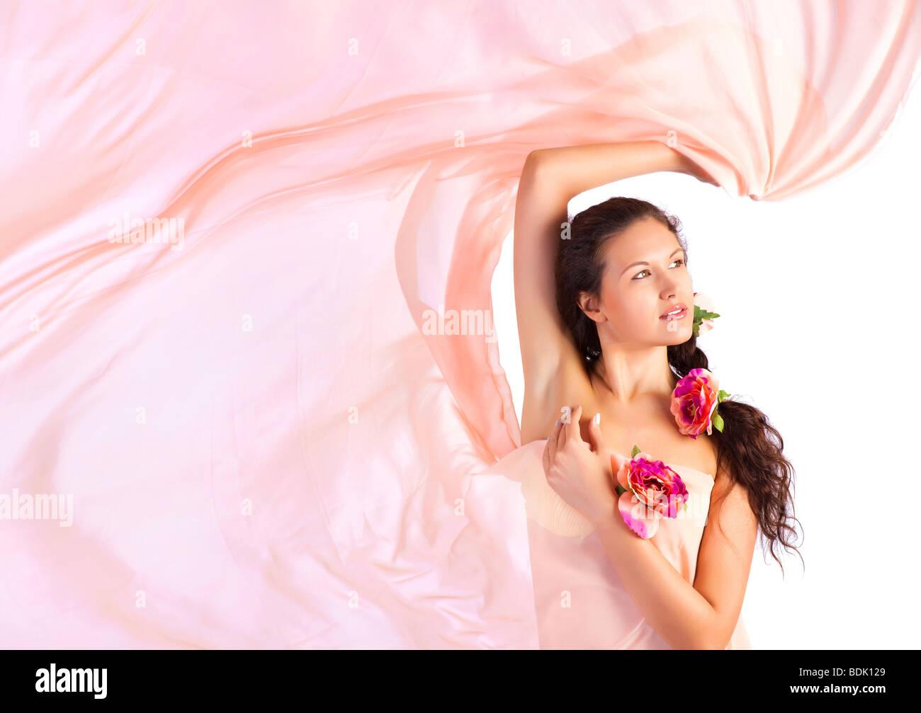 Jeune femme avec tissu rose. Isolé sur blanc. Photo Stock