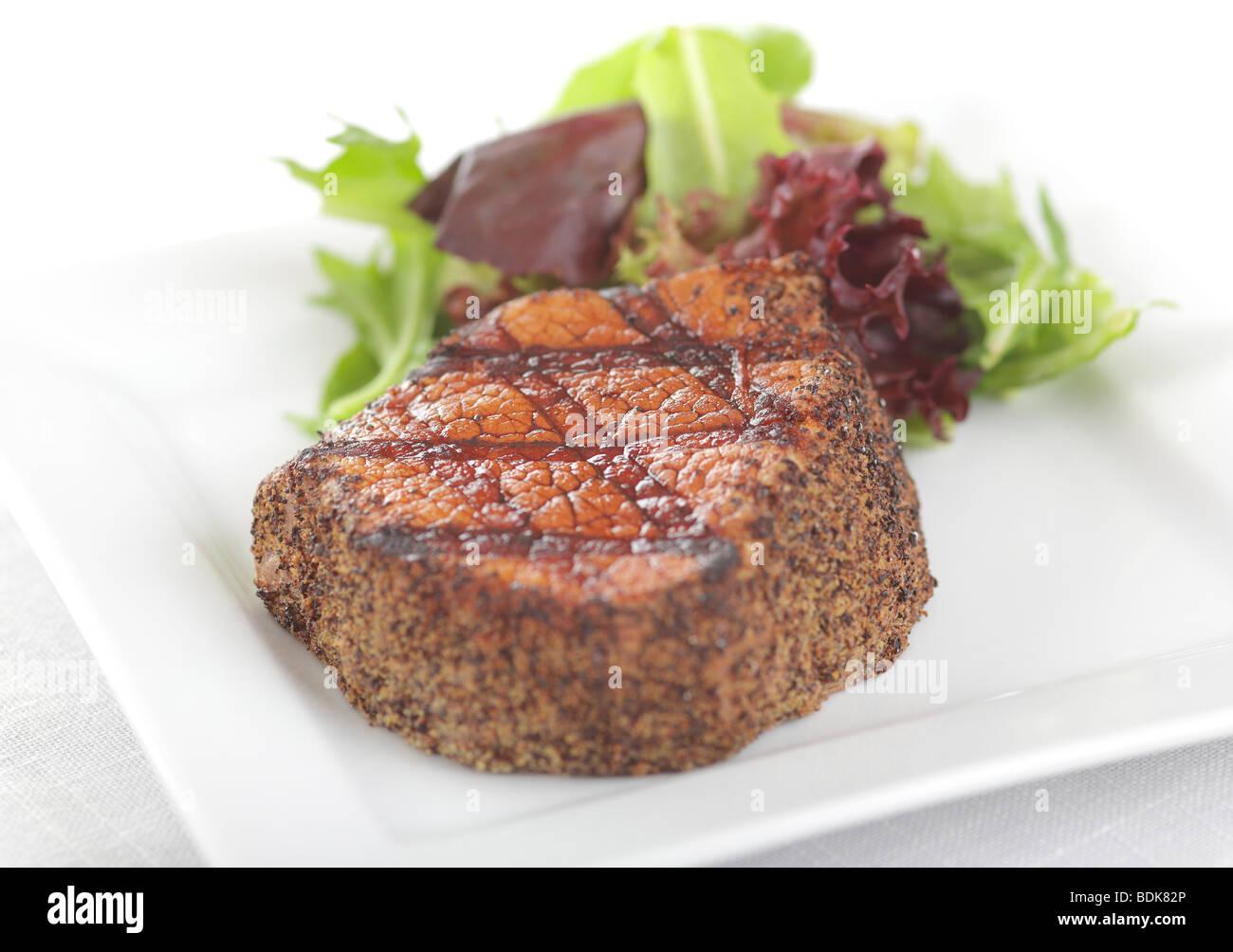 Steak au poivre avec salade d'été frais Photo Stock