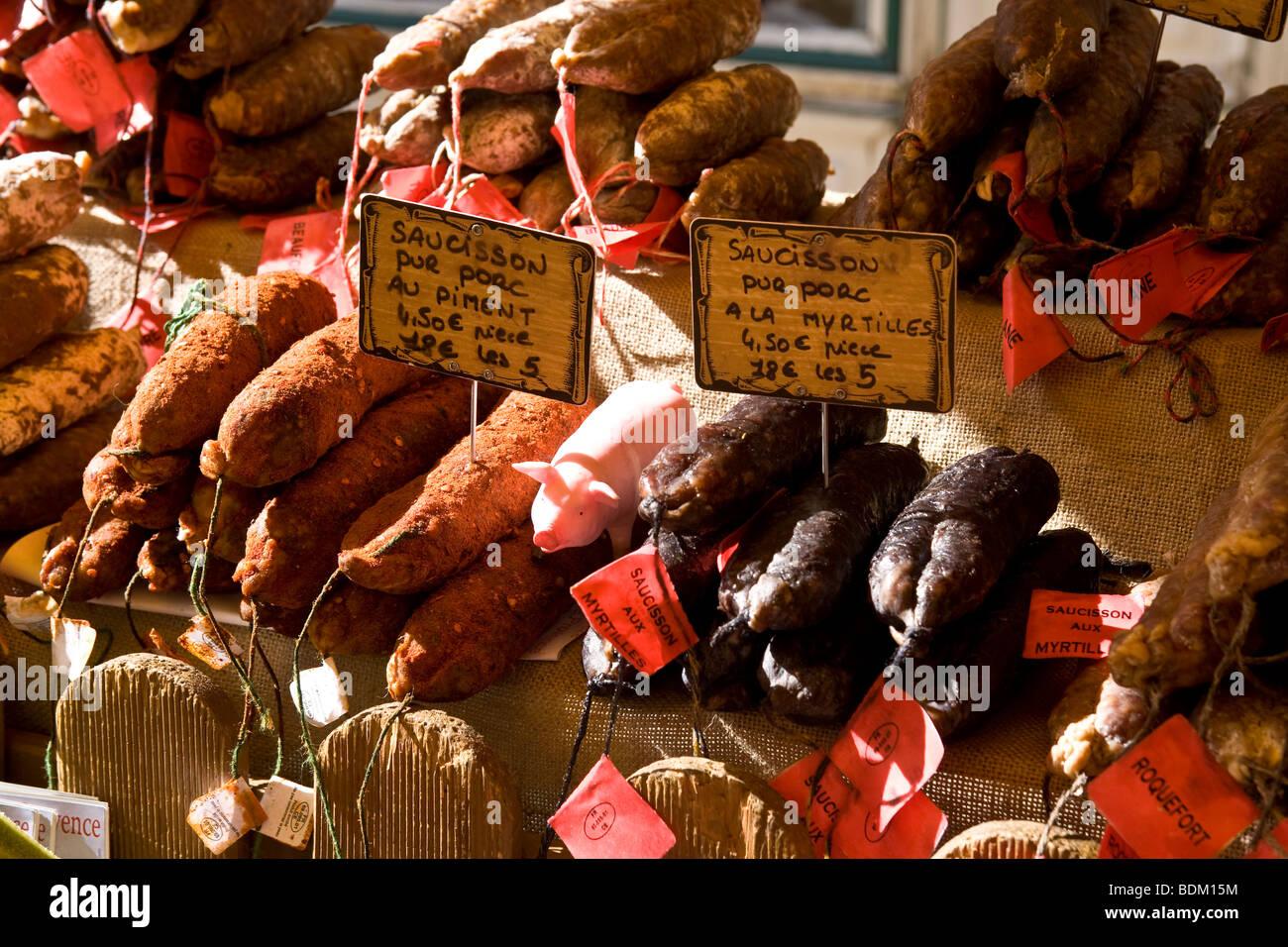 Saucisses Bratwurst sur un étal de marché à St Remy de Provence, France Photo Stock