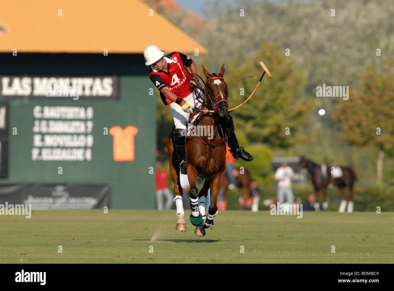 Polo player en action juste après la balle frappant au cours de match à Santa Maria polo club, Sotogrande, Photo Stock