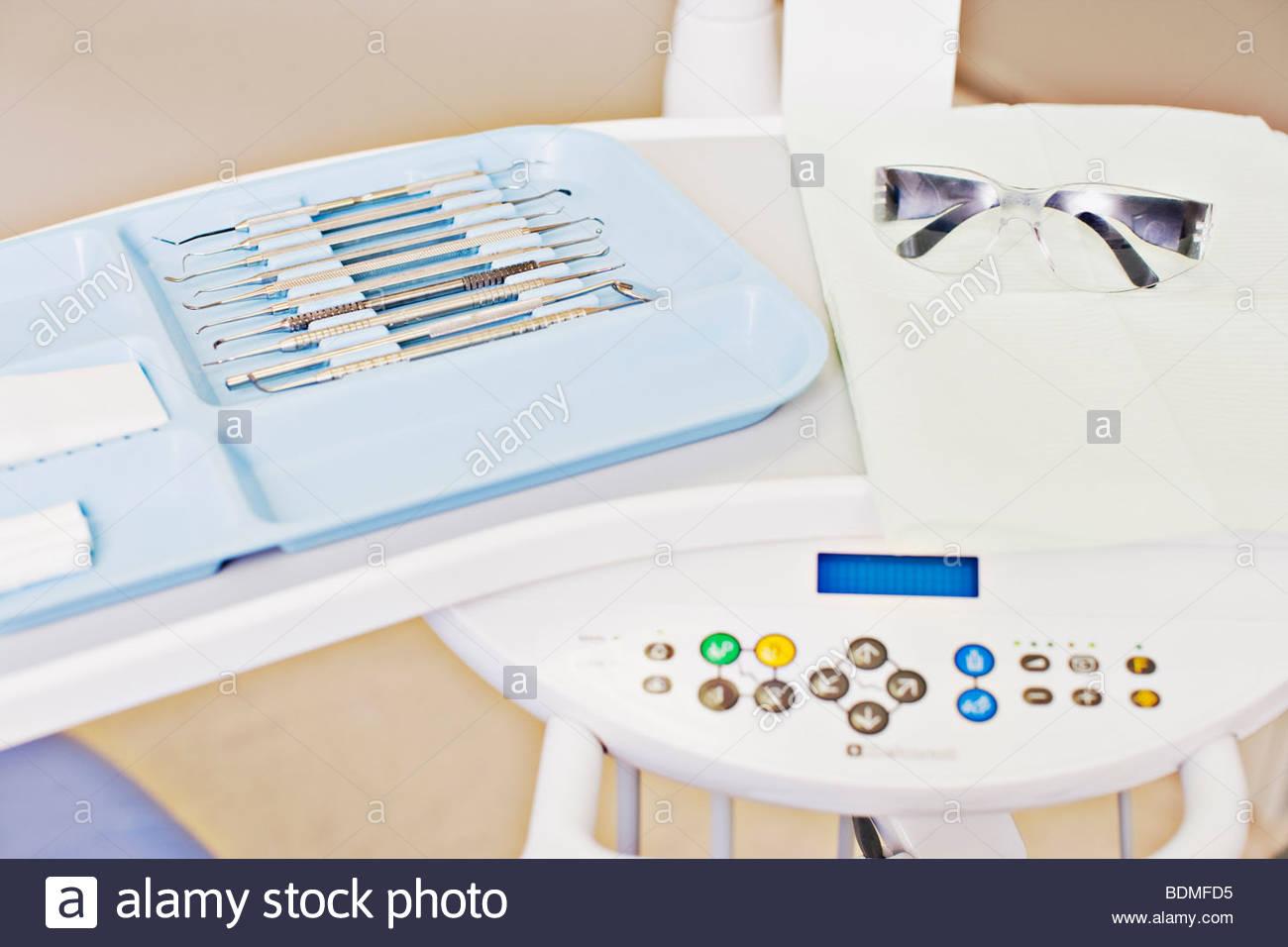 Dentiste, lunettes de sécurité des machines et outils Photo Stock