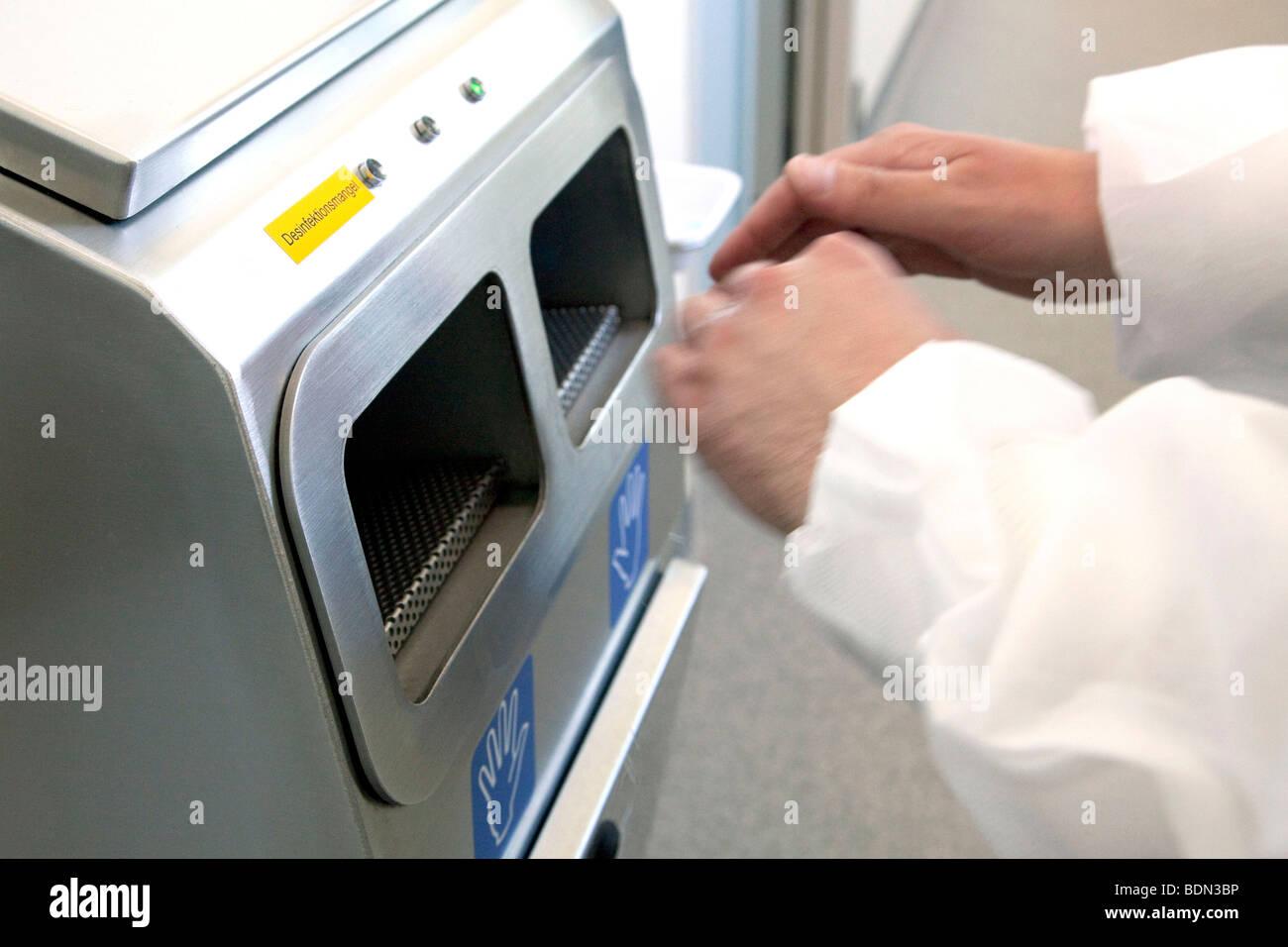 La désinfection de machine dans le centre logistique et d'emballage, de la société pharmaceutique Photo Stock