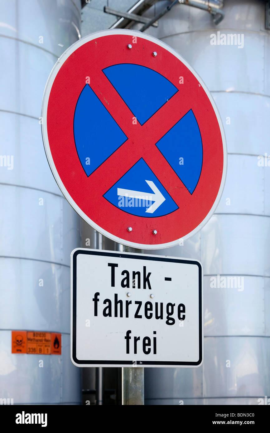 Signe de la circulation, l'arrêt de restriction, les camions-citernes admis, au dépôt de carburant Photo Stock