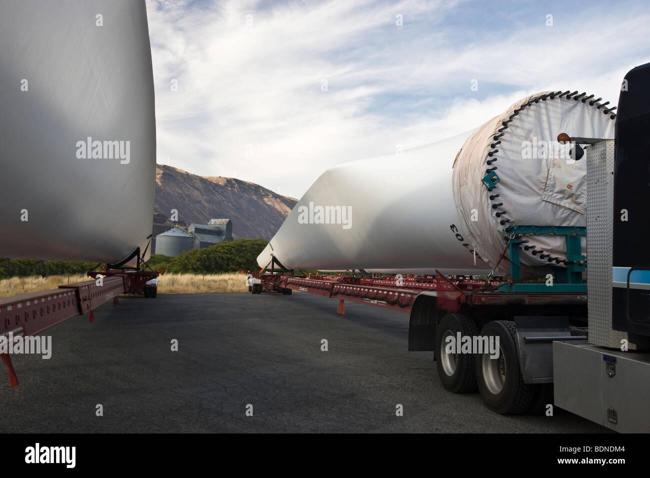 Les hélices de l'éolienne en route vers l'emplacement de l'assemblée. Photo Stock