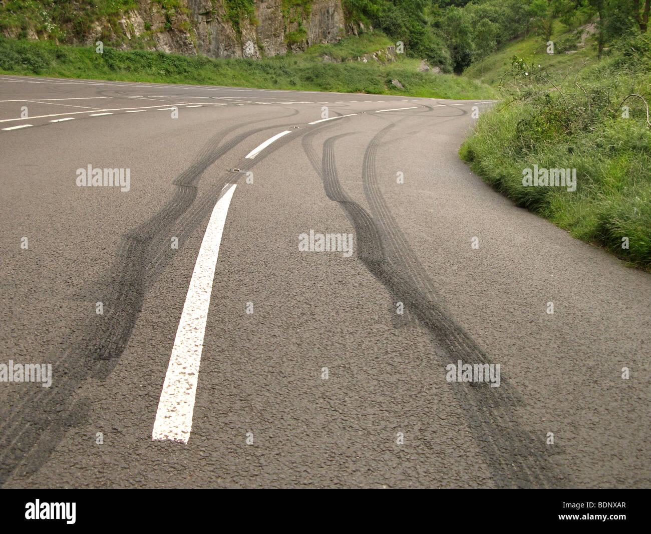 Marques de dérapage laissées par ennuyer conducteurs adolescents ruraux Photo Stock
