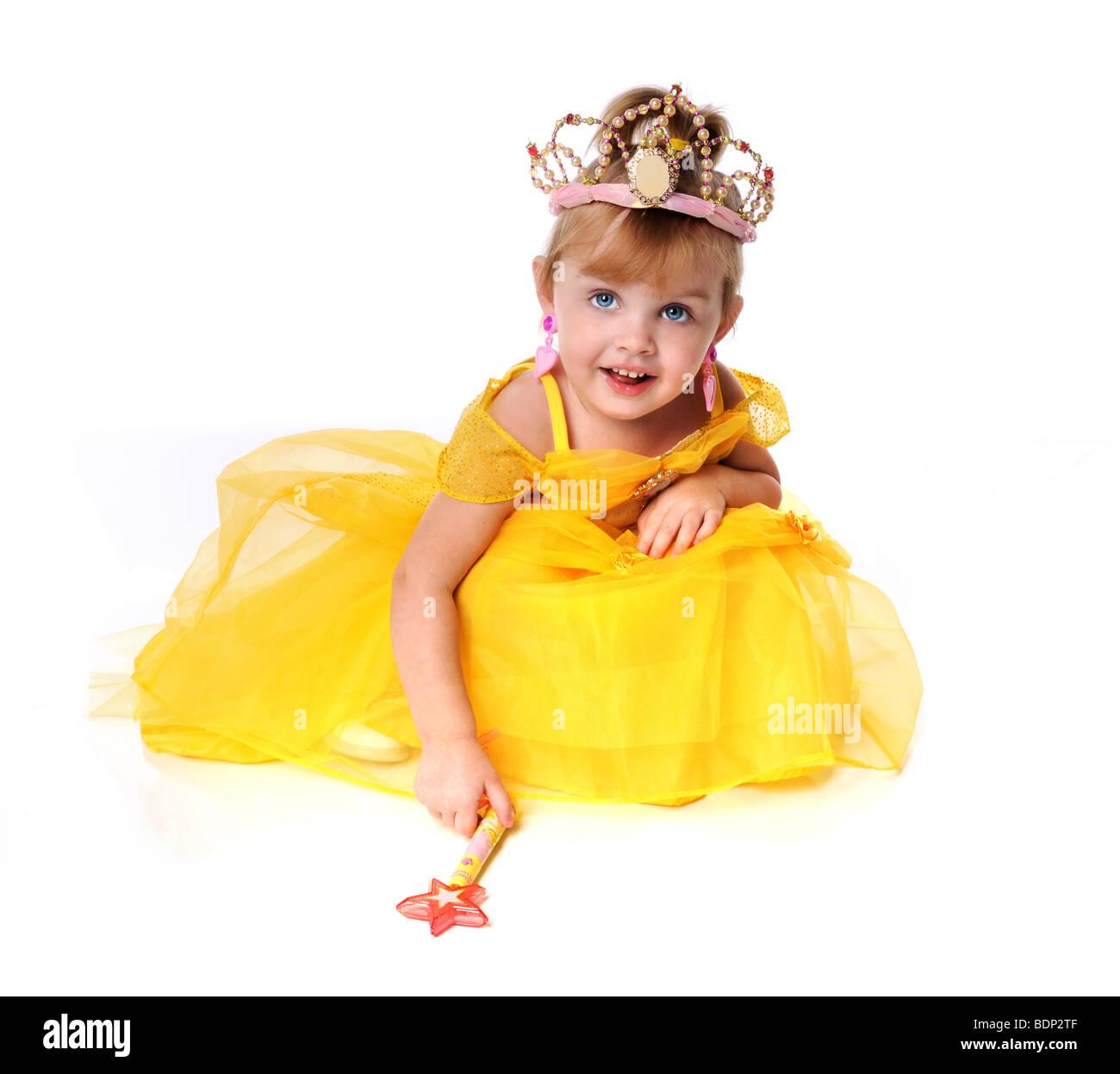 Petite fille vêtue comme une princesse dans une robe jaune Banque D'Images