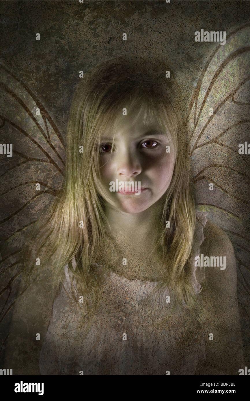 Jeune fée enfant avec des ailes à la triste et désolé directement sur la caméra Photo Stock