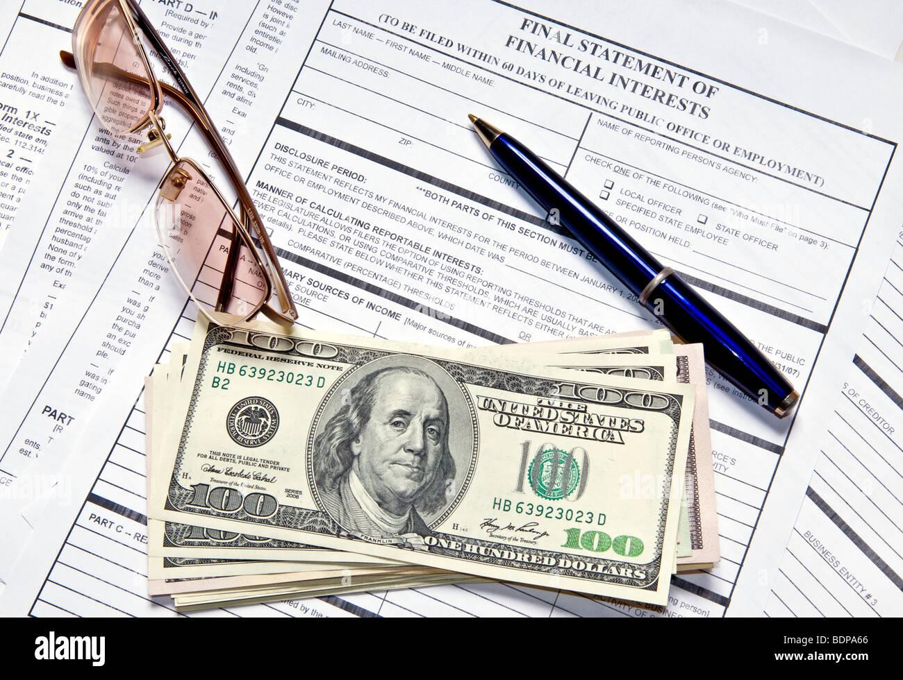 Formulaire de déclaration de revenus et un stylo pour remplir les formulaires Photo Stock