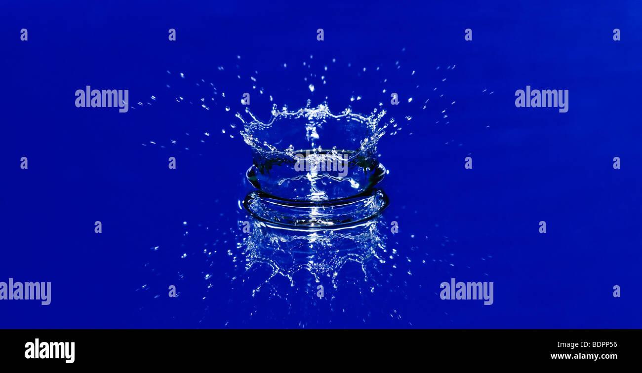 Belle corona de splash d'eau bleue Photo Stock