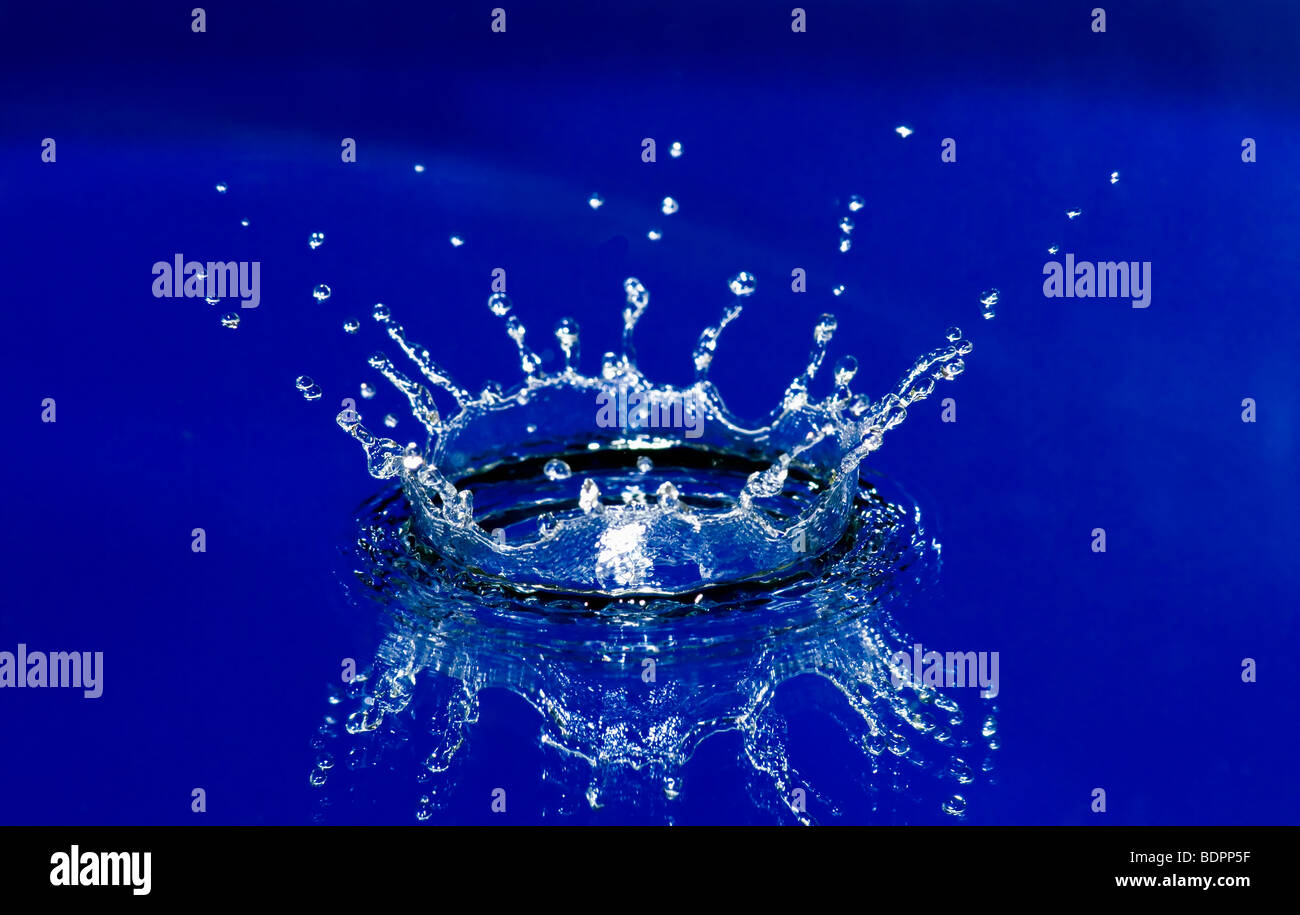 Belle corona de splash d'eau bleu Photo Stock