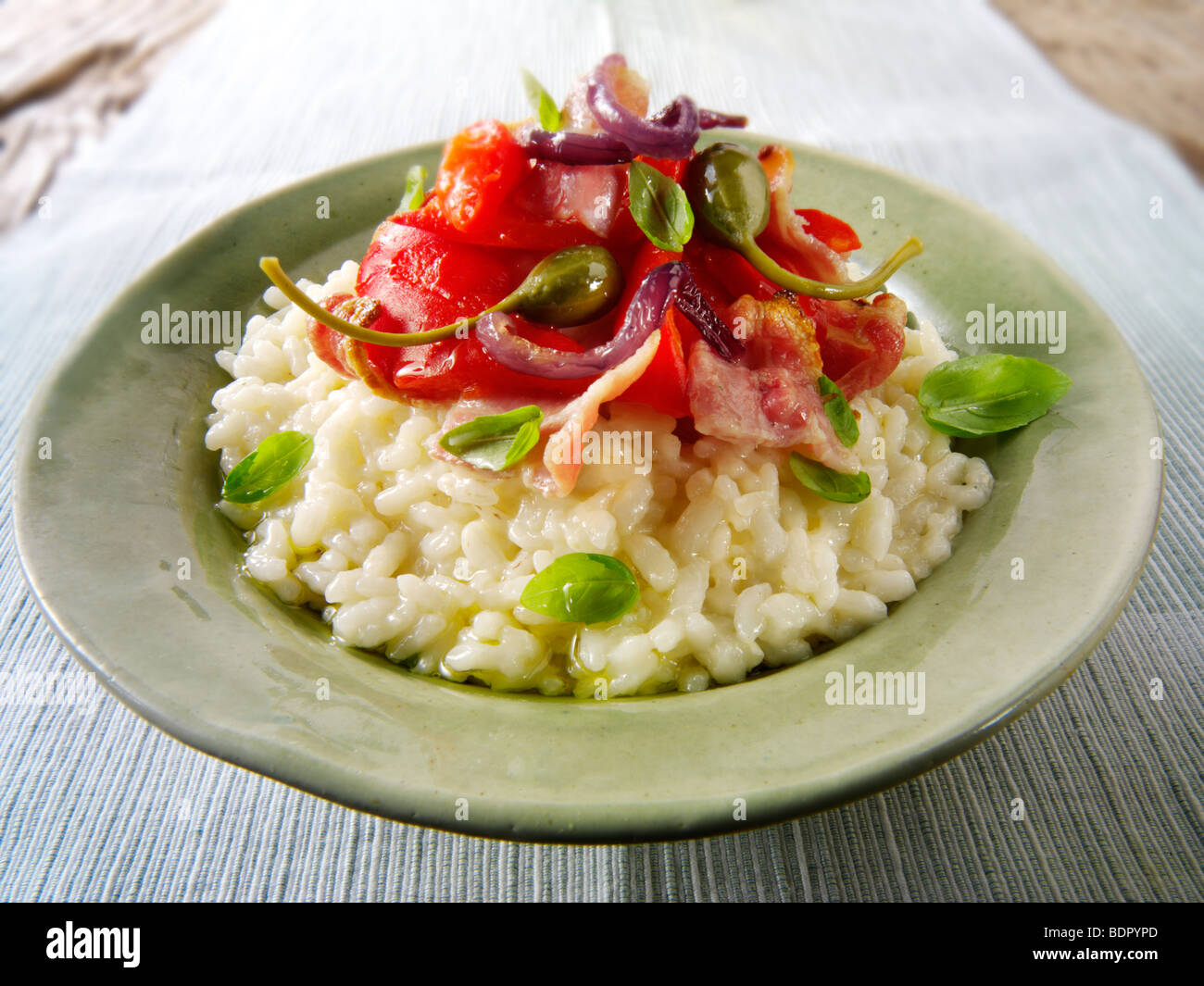 Risotto classique avec des poivrons rôtis, légumes et bacon Photo Stock
