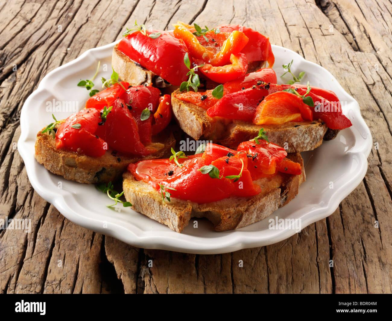 Poivron rouge rôti sur pain de seigle grillé sandwiches - bruschettas. Photo Stock