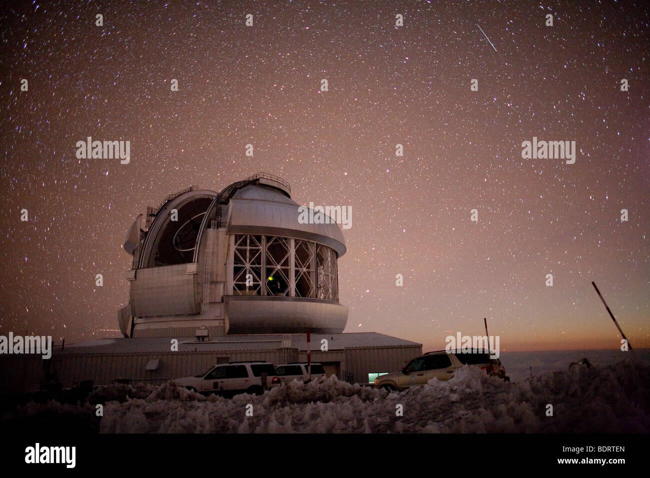 La nuit sur le Mauna Kea, montrant le télescope Gemini avec la lumière du lever de lune visible dans l'Est Photo Stock