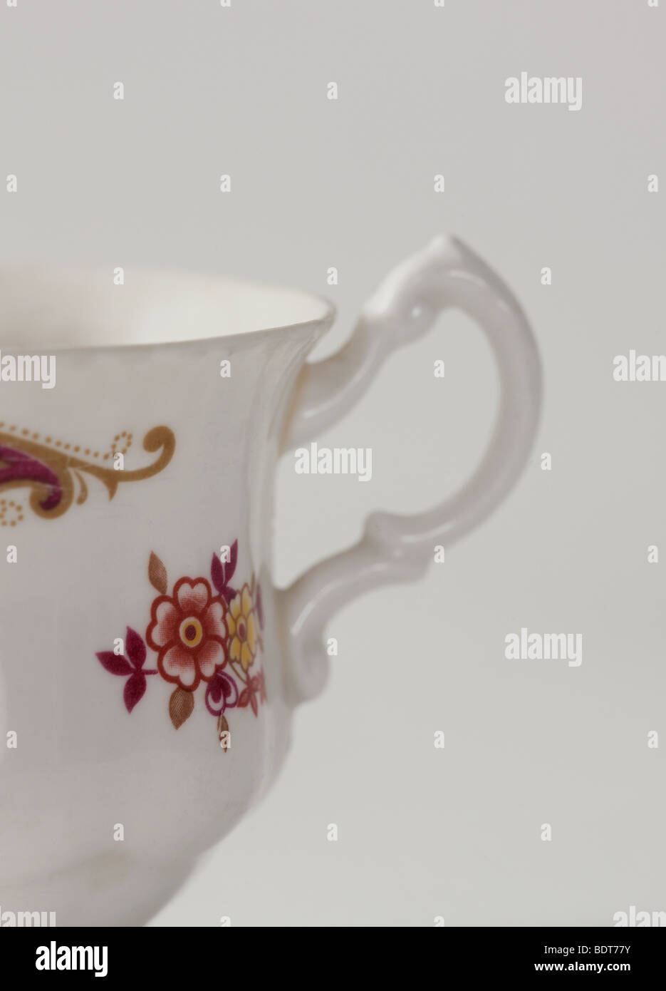 Studio shot of tasse blanche et délicate avec motif floral sur elle Photo Stock