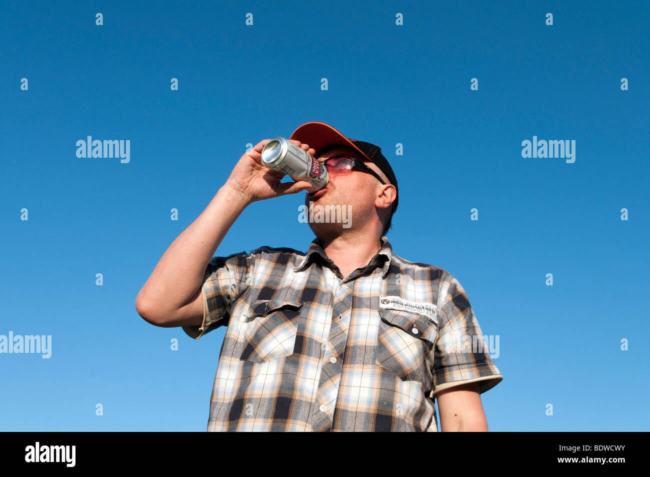 Homme d'une lager potable peut, England, UK Photo Stock