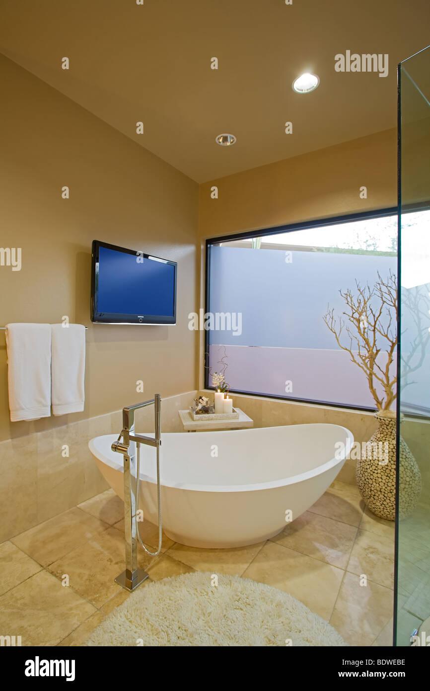 Tele Salle De Bain la salle de bains principale de luxe moderne avec télévision