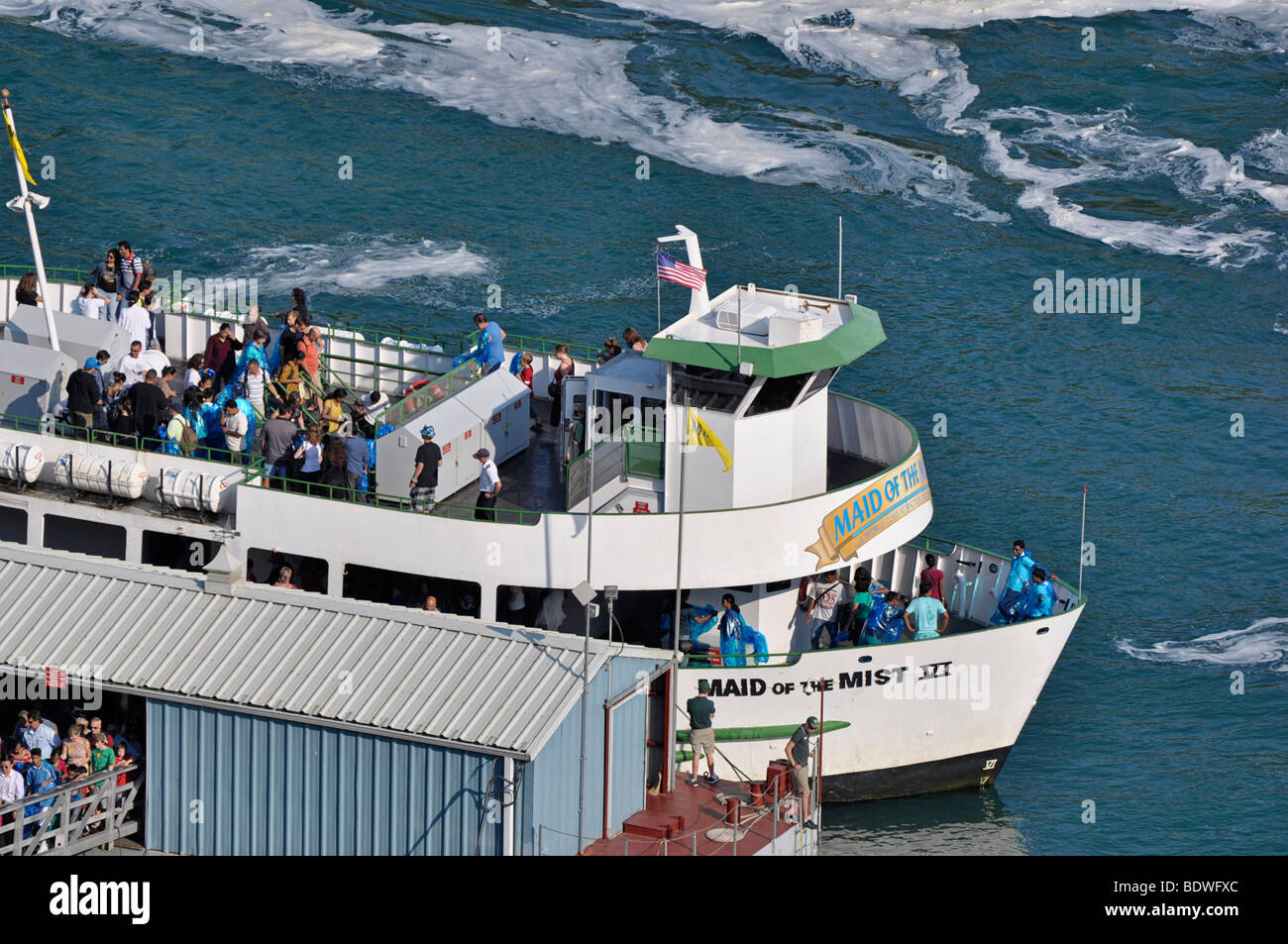 Maid of the Mist boat avec les touristes - Niagara Falls, Canada Photo Stock