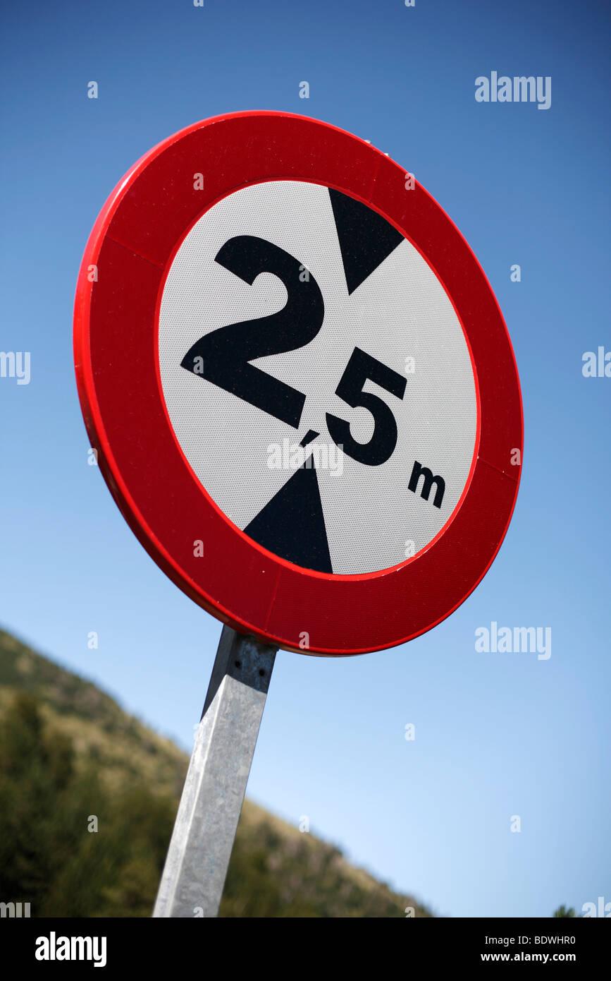 Un panneau routier espagnol conseiller d'une limite de hauteur de 2,5 m. Photo Stock