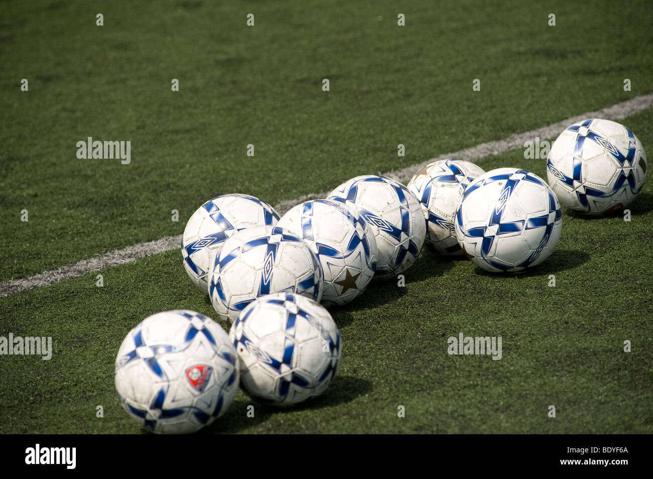 Ballons de football sur un terrain de jeu Banque D'Images